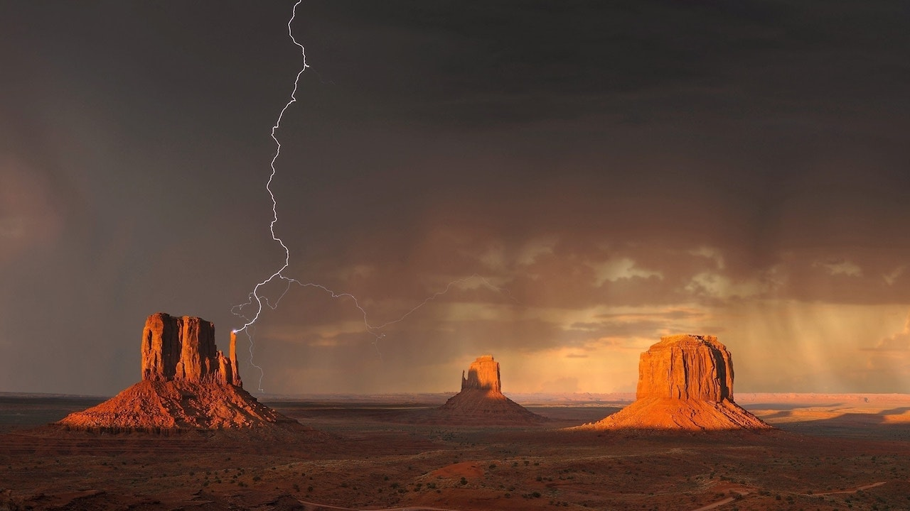 Keeping-Arizona-Homes-Clean-As-the-Dust-Settles-and-lightning-strikes-in-the-desert-of-Phoenix-Monsoon-season-Cleaning